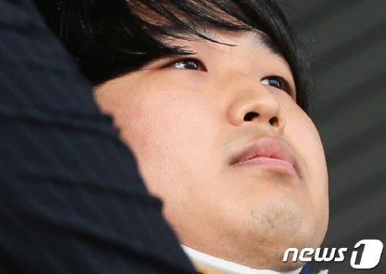 인터넷 메신저 텔레그램에서 미성년자를 포함한 최소 74명의 성 착취물을 제작·유포한 혐의를 받는 '박사방' 운영자 조주빈(25) © News1 송원영 기자