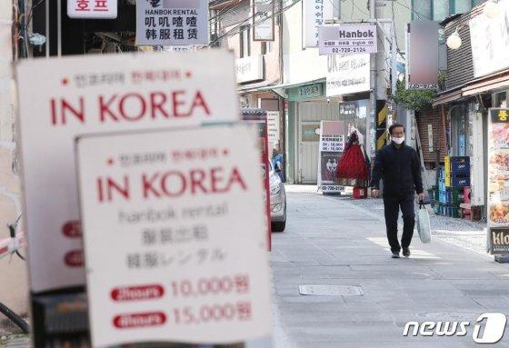코로나19로 외국인 관광객 감소가 이어지고 있는 가운데 평소 외국인 관광객으로 붐비는 서울 종로구 경복궁 인근의 한 한복 대여점이 밀집한 거리가 한산한 모습을 보이고 있다. /사진=뉴스1