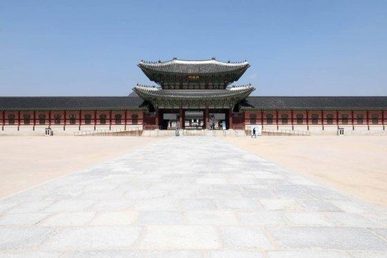 지난 23일 오후 코로나19로 인해 평소 관광객으로 붐비는 서울 종로구 경복궁이 한산한다. /사진=뉴시스