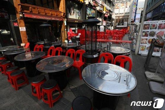 (서울=뉴스1) 황기선 기자 = 신종 코로나바이러스 감염증(코로나19) 여파로 휴업·폐업하는 매장들이 늘어가는 가운데 31일 오후 중구 명동 음식점에 테이블이 놓여져있다. 2020.3.31/뉴스1