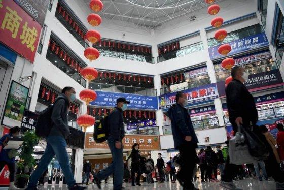 22일(현지시간) 중국-카자흐스탄 접경지에 있는 '호르고스 국경협력국제센터' 중국 쪽 쇼핑몰에서 마스크를 착용한 손님들이 걷고 있다. 코로나19 확산세가 꺾인 중국은 지난 15일 이곳 문을 다시 열었다. / 사진=ap뉴시스