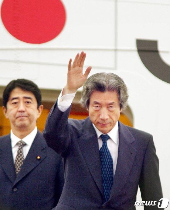 지난 2002년 총리 시절의 고이즈미. 뒤로는 당시 관방차관이던 아베 신조 총리가 보인다. © AFP=뉴스1
