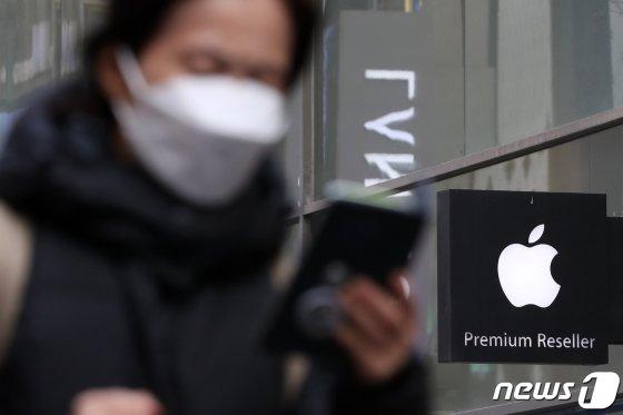 (서울=뉴스1) 이승배 기자 = 4일 서울 중구의 한 거리에 애플 로고가 새겨진 간판이 설치돼 있다.  '세계의 공장' 중국에서 창궐하고 있는 신종 코로나바이러스 감염증(우한폐렴)이 스마트폰 업계에도 적잖은 타격을 가하고 있다. 시장조사업체 스트래티지 애널리틱스(SA)는 지난 2일 글로벌 스마트폰 출하량이 신종 코로나로 인해 기존 전망치에 비해 2%(약 3,000만대) 줄어들 것으로 예측했다. 특히 기기 생산 공장이 중국에 위치한 애플은 더 큰 문제를 겪을 가능성이 높다. 애플은 또 오는 9일까지 중국 본토의 모든 공식 매장과 사무실, 고객센터를 임시 폐쇄한 상태다. 2020.2.4/뉴스1   <저작권자 ⓒ 뉴스1코리아, 무단전재 및 재배포 금지>