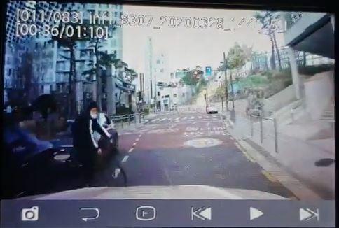 보배드림에 올라온 3월28일 어린이보호구역 자전거 무단횡단 어린이 교통사고 블랙박스영상. 반대 차선에 신호대기로 정차된 차량들 사이에서 어린이가 자전거를 탄 채 무단횡단을 하며 차량 앞에 갑자기 나타났다. 차량과 충돌한 어린이는 당일 '염좌'진단을 받고 귀가했으나 30일(월) 병원에 입원했다./영상=보배드림 교통사고 게시판