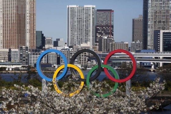 [도쿄=AP/뉴시스]25일 일본 도쿄의 오다이바 해양공원 앞에 피어나는 벚꽃 뒤로 오륜 조형물이 보인다. 토마스 바흐 국제올림픽위원회(IOC) 위원장은 일본의 신종 코로나바이러스 감염증(코로나19) 상황보다는 전 세계로 코로나19가 확산하는 상황을 보고 도쿄 올림픽·패럴림픽 연기를 결정하게 됐다고 밝혔다. 그는 전날 아베 신조 일본 총리와의 전화 회담에서 올림픽의 1년 연기를 확정한 바 있다. 2020.03.25.