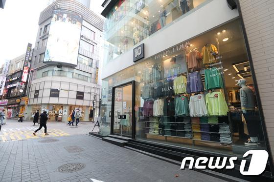 코로나19 확산 이후 썰렁한 명동 쇼핑거리/사진=뉴스1 박지혜 기자