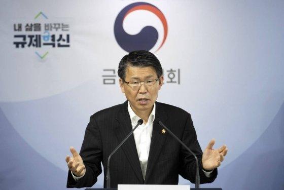 은성수 금융위원장이 24일 오후 서울 종로구 정부서울청사에서 '코로나19 관련 금융시장 안정화 방안'을 발표하고 있다. / 사진=김창현 기자 chmt@