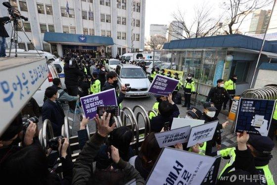 '박사방' 운영자인 조주빈을 태운 차량이 25일 오전 서울 종로경찰서를 나서자 조씨를 규탄하는 여성들과 정치인들이 손팻말을 들어보이며 구호를 외치고 있다. / 사진=김창현 기자 chmt@
