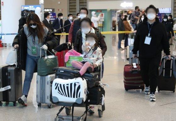 신종 코로나바이러스 감염증(코로나19) 확산에 따라 이동금지령이 내려진 이탈리아 내 교민들이 1일 이탈리아 밀라노를 출발해 임시 항공편을 통해 인천국제공항 제2여객터미널을 통해 입국하고 있다. /사진제공=뉴스1