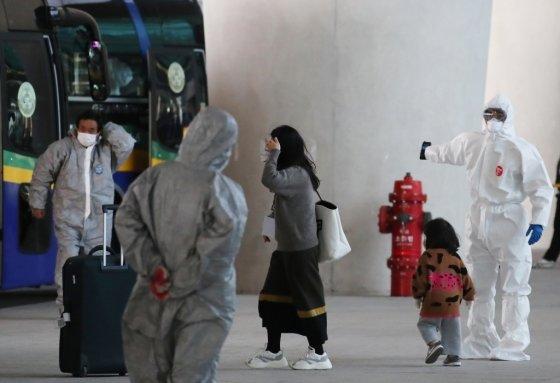 신종 코로나바이러스 감염증(코로나19) 확산에 따라 이동금지령이 내려진 이탈리아 내 교민들이 1일 이탈리아 밀라노를 출발해 임시 항공편을 통해 인천국제공항 제2여객터미널을 통해 입국해 버스를 고 있다. /사진제공=뉴스1