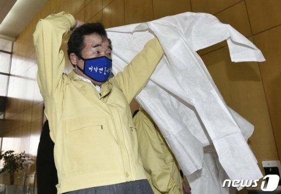 이낙연 더불어민주당 코로나19 국난극복위원장이 1일 오후 경기 용인시 GC녹십자의료재단 본사를 방문해 의료가운을 입고 있다/사진=뉴스1