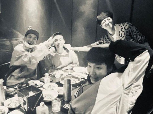강승윤이 지난 1일 인스타그램에 올린 위너 단체 사진. 김진우가 입소를 앞두고 머리를 짧게 자른 모습이 사진에 담겼다./사진=강승윤 인스타그램