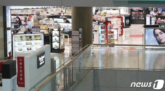 코로나19 사태로 여행수요가 위축되며 지난 6일 오전 인천국제공항 1터미널 출국장 면세구역이 한산한 모습을 보이고 있다. /사진=뉴스1