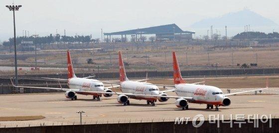 코로나 19 여파로 여객 운항이 급감한 가운데 2일 인천국제공항에 제주항공 항공기들이 멈춰 서 있다. / 사진=이기범 기자 leekb@