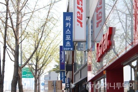 서울 중구에 스포츠용품 업체 간판이 줄지어 걸려있다. /사진=이재윤 기자