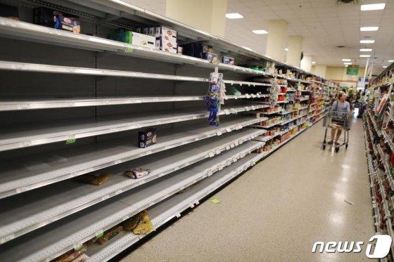 (AFP=뉴스1) 이동원 기자 = 14일(현지시간)미국 플로리다주 마이애미에서 발생한 코로나바이러스(코로나19) 사태로 식료품 칸이 텅텅 비어있다.다. 미국 전역의 상점들은 코로나19 확산에 따라 필수품들이 바닥나고 있다.  ⓒ AFP=뉴스1