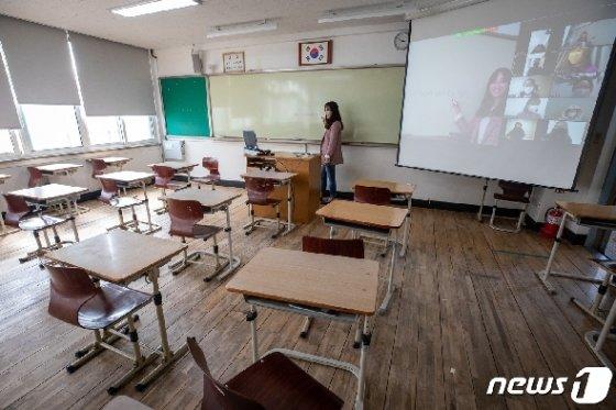 31일 원격교육 시범학교로 지정된 서울 마포구 서울여자고등학교에서 1학년 영어 수업이 쌍방향 원격수업으로 진행되고 있다. 2020.3.31/뉴스1 © News1 유승관 기자