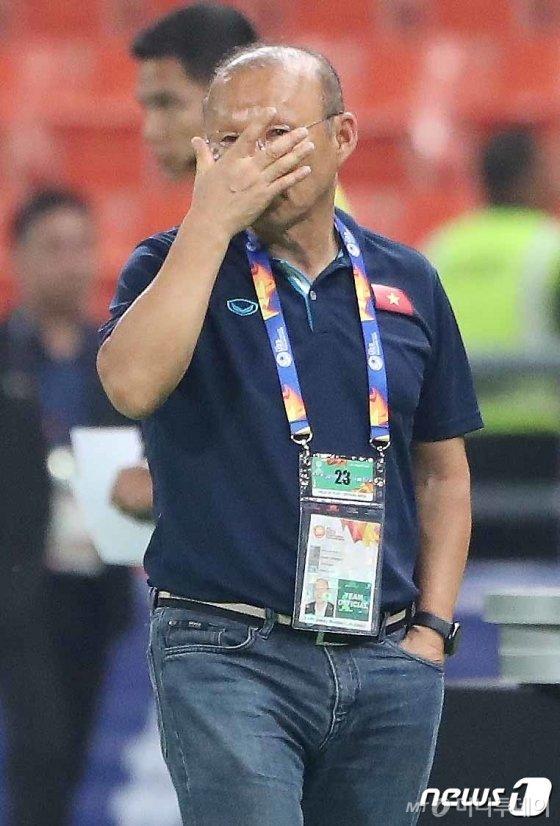 박항서 베트남 U-23 축구대표팀 감독이 지난 1월 16일 오후(현지시간) 태국 방콕 라자망갈라 스타디움에서 열린 '2020 AFC U-23 챔피언십' 베트남과 북한의 조별리그 3차전 경기에서 패한 뒤 아쉬워하고 있다.