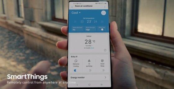 삼성전자 글로벌 유튜브 채널에 등록된 2020년형 무풍에어컨 광고 영상에 등장한 스마트폰. 화면에 전면카메라가 보이지 않는다.