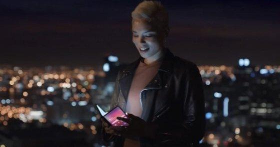 삼성전자가 지난해 초 공개한 광고 속 폴더블폰 모습