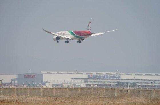 우리 국민 100여명을 실은 모로코항공 특별기가 3일 오전 11시30분께 인천공항에 착륙하고 있다./사진=독자 서성진씨 제공