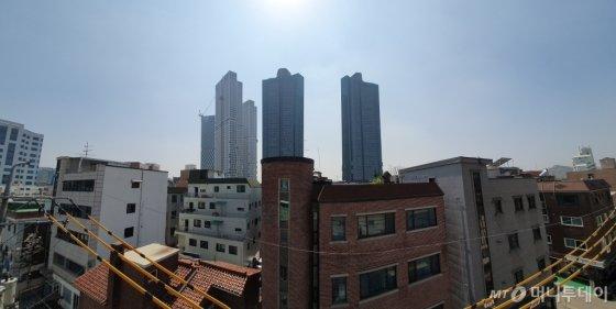 3일 오후 4시 서울 성동구 성수동1가 원빈 빌딩 옥상에서 바라본 모습.  정면에 건물은 주상복합아파트 '갤러리아포레'(우측 2개)와 공사 중인 '아크로서울포레스트'(좌측 3개) /사진=최동수 기자