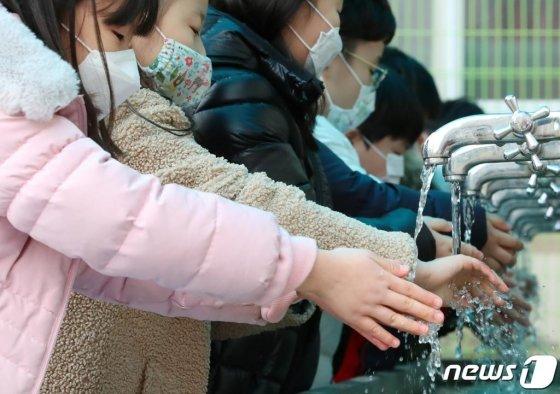 대구의 한 초등학교에서 학생들이 점심시간을 맞아 수돗가에서 손을 씻고 있다./사진=뉴스1