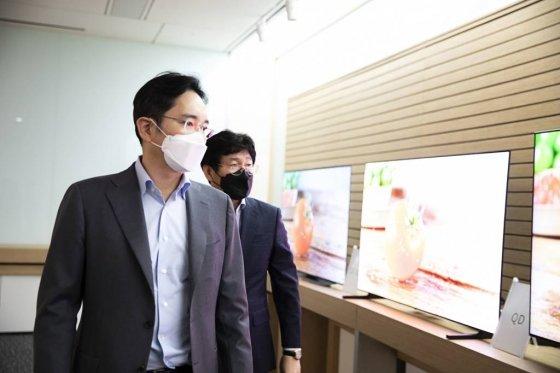 이재용 삼성전자 부회장이 3월19일 삼성디스플레이 아산사업장을 방문, 차세대 디스플레이 전략 등을 점검하고 있다. / 사진제공=삼성전자
