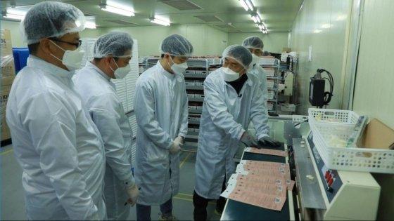 삼성전자 제조·설비 전문가팀이 국내 마스크 제조업체에서 제조공정 개선 작업을 하고 있다. /출처=삼성전자 뉴스룸 유튜브