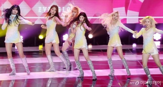 그룹 에버글로우가 11일 오후 서울 마포구 상암동 SBS 프리즘타워에서 진행된 SBS MTV '더쇼'에서 멋진 무대를 선보이고 있다. / 사진=김휘선 기자 hwijpg@