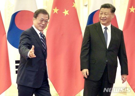 [베이징(중국)=뉴시스]박영태 기자 = 문재인 대통령과 시진핑 중국 국가주석이 23일 중국 베이징 인민대회당에서 정상회담 전 악수를 한 후 회담장으로 향하고 있다. 2019.12.23.  since1999@newsis.com