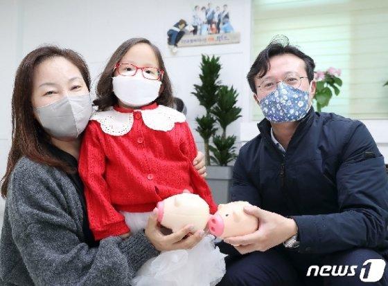 [사진] 영등포구, 8살 어린이의 돼지저금통 기부에 감동
