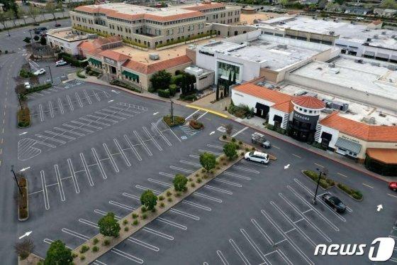 (코르테마데라 AFP=뉴스1) 우동명 기자 = 17일 (현지시간) 코로나19 확산을 막기위한 이동제한으로 캘리포니아주 코르테마데라 쇼핑몰의 주차장이 텅 비어 있다.  ⓒ AFP=뉴스1