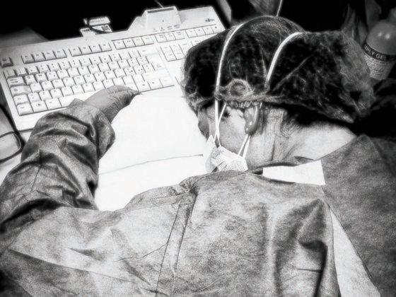 지쳐 쓰러진 간호사…이탈리아를 울린 한 장의 사진