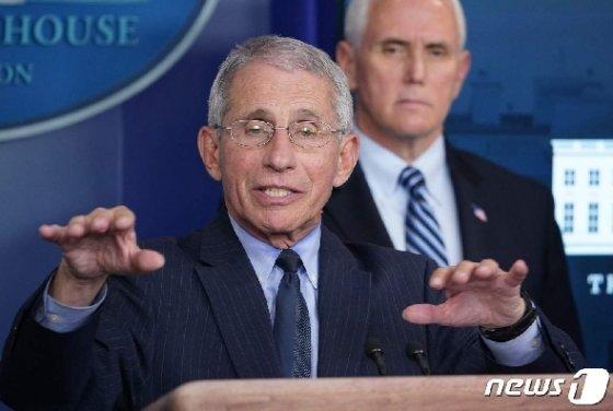 앤서니 파우치 국립보건원 국립알레르기·전염병연구소 소장이 1일 (현지시간) 워싱턴 백악관에서 가진 코로나19 태스크포스 일일 브리핑서 발언을 하고 있다. © AFP=뉴스1 © News1 우동명 기자