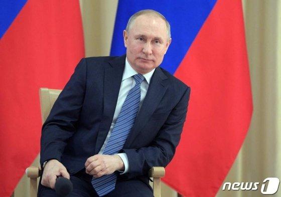 (모스크바 AFP=뉴스1) 우동명 기자 = 블라디미르 푸틴 러시아 대통령이 26일(현지시간) 모스크바 교외 노보 아가르요보의 관저에서 기업인들과 만나고 있다.   ⓒ AFP=뉴스1
