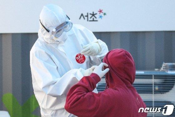 지난달 30일 오후 서울 서초구보건소 선별진료소에서 시민들이 신종 코로나바이러스 감염증(코로나19) 검사를 받고 있다. 이날 보건당국에 따르면, 강남구에선 3월에만 17명의 해외 접촉 관련 확진자가 발생했다. 이 중 11명이 유학생이다.  2020.3.30/뉴스1 © News1 성동훈 기자