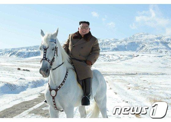 지난해 10월 백마를 타고 백두산에 오른 김정은 북한 국무위원장. 2019.10.16(노동신문) © 뉴스1