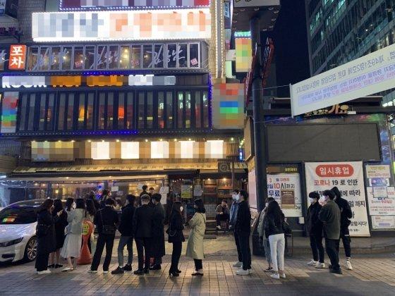 지난 3일 서울 강남역 번화가의 한 헌팅포차 앞에 사람들이 줄을 서있다. /사진=임찬영 기자.