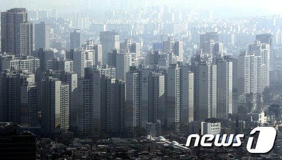 '12·16 부동산 대책' 이후 지난 1월 서울의 9억원 이상 아파트 거래량, 거래 비중이 크게 줄어든 것으로 조사됐다. 부동산114가 국토교통부 실거래를 조사한 자료에 따르면 지난 1월 서울 아파트 거래건수는 1439건으로, 12월 7532건 대비 80.9% 감소했다. / 사진=뉴스1