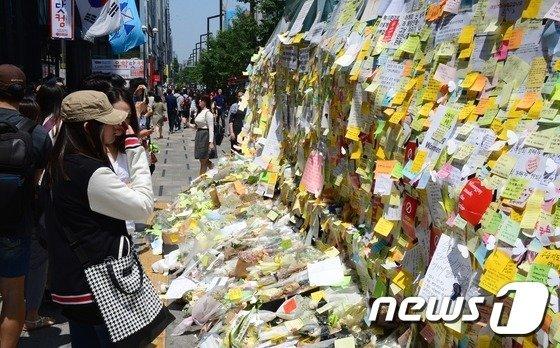 2016년 5월 21일 서울 강남역에서 시민들이 '묻지마 살인사건'의 피해자를 추모하고 있다. / 사진제공=뉴스1