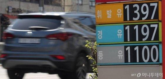국제 유가 9주 연속 폭락 영향으로 전국 주유소 휘발유 가격이 하락한 지난달 29일 오전 서울 시내의 한 주유소에서 휘발유 1,397원, 경유 1,197원에 판매되고 있다. / 사진=김창현 기자 chmt@