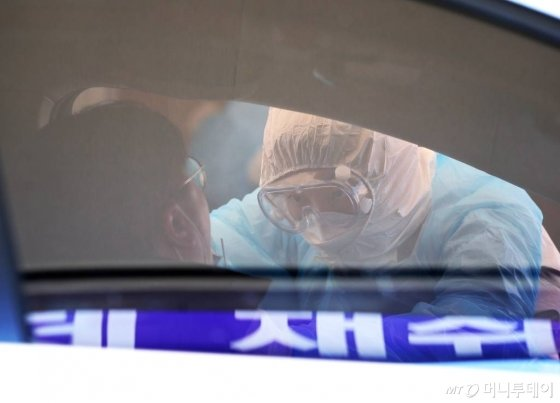 경기 김포시 뉴고려병원에 마련된 드라이브 스루(Drive Thru) 코로나19 선별진료소에서 한 시민이 검사를 받고 있다. /사진공동취재단 / 사진=사진부 기자 photo@
