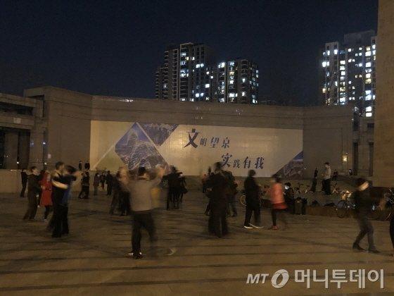 지난 3일 저녁 베이징 왕징체육공원앞에서는 20~30명의 중국인들이 마스크를 쓰고 광장무를 즐겼다.