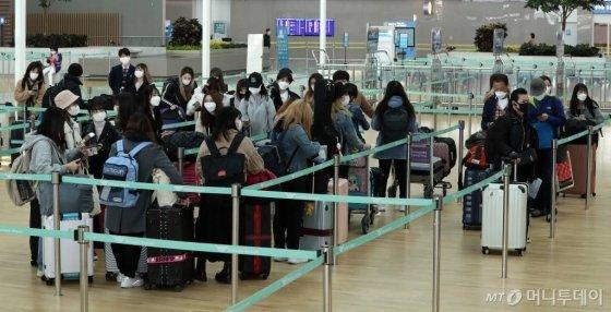 일본 정부가 오는 3일부터 한국 전역을 입국 거부 대상으로 지정한 가운데 2일 오전 인천국제공항 제2터미널에서 도쿄 나리타행 탑승객들이 탑승수속을 하고 있다. / 사진=이기범 기자 leekb@