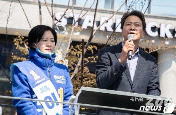 (서울=뉴스1) 이재명 기자 = 임종석 전 청와대 비서실장이 5일 오후 서울 동작구 남성역에서 열린 이수진 더불어민주당 동작구을 후보 선거유세에서 지지를 호소하고 있다. 2020.4.5/뉴스1