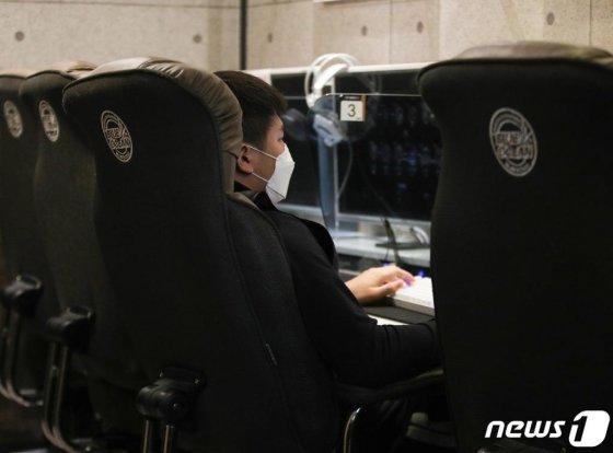 18일 경기 과천시의 한 PC방에서 한 학생이 마스크를 쓰고 게임을 하고 있다.  /사진=뉴스1