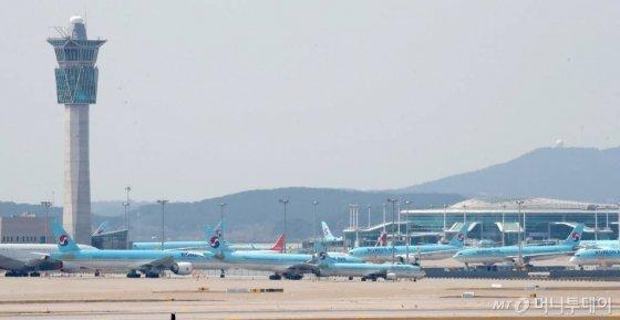 코로나 19 여파로 여객 운항이 급감한 가운데 2일 인천국제공항에 항공기들이 멈춰 서 있다. / 사진=이기범 기자 leekb@