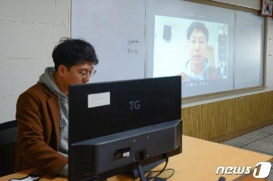 지난 3일 오전 광주 광산구 광주소프트웨어마이스터고등학교에서 쌍방향 온라인 수업 시연회가 열렸다./뉴스1