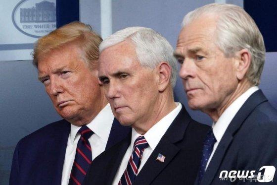 (워싱턴 AFP=뉴스1) 우동명 기자 = 도널드 트럼프 미국 대통령과 마이크 펜스 부통령, 피터 나바로 백악관 무역제조업 정책국장이 2일 (현지시간) 워싱턴 백악관에서 가진 코로나19 태스크포스 일일 브리핑을 듣고 있다.  ⓒ AFP=뉴스1